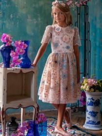64abda97b4fa2 Платье пудровое с разноцветной вышивкой, пышной юбкой и ободком с цветами и  стразами